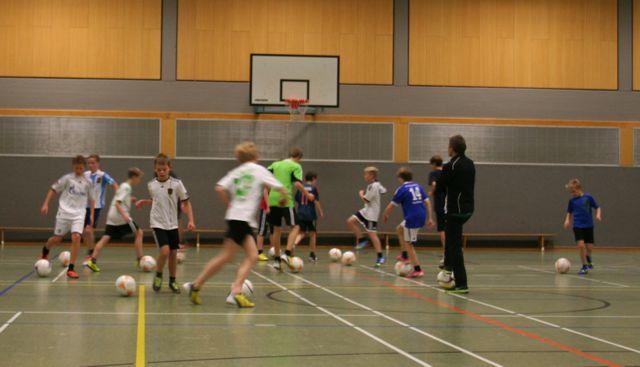 Profis der Fußballbundesliga trainieren Steiner Fußballmannschaft
