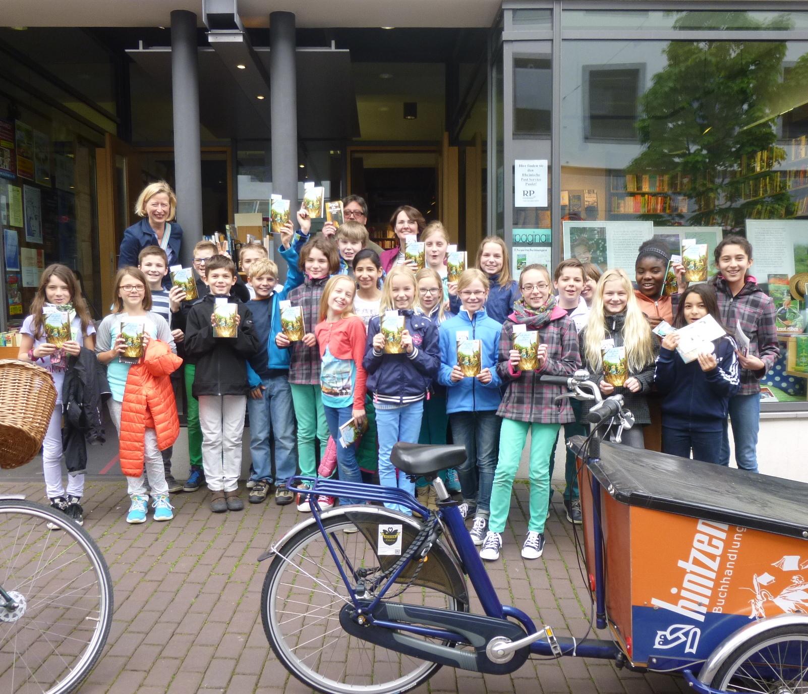 Und gleich wieder raus aus der Schule: Besuch bei einer örtlichen Buchhandlung zum Welttag des Buches