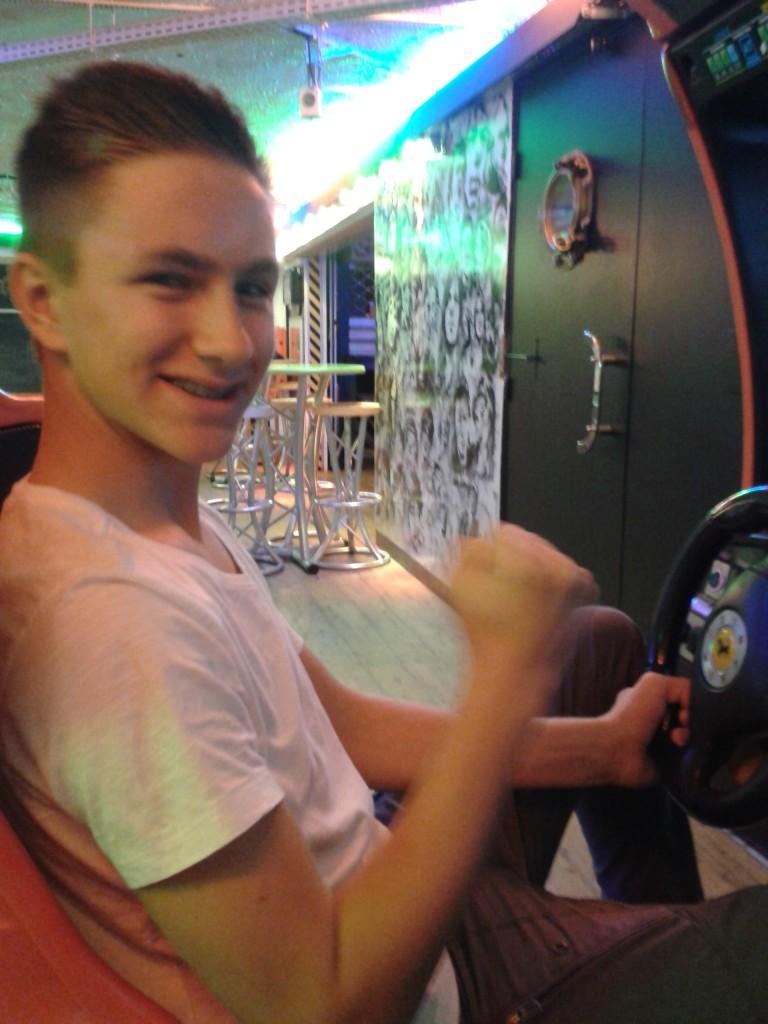 Tobias am Spielautomaten