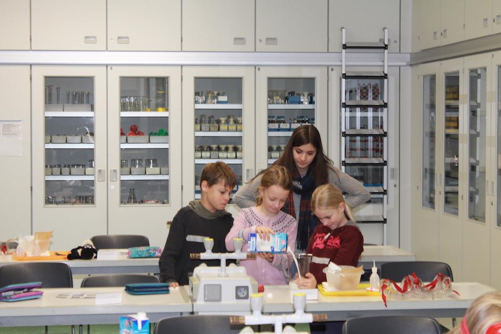 Viertklässler der Marienschule stellen Bio-Kunststoff her