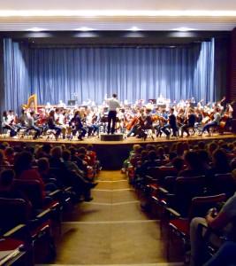 Schülerkonzert 2015 02 Blick von unten auf die Bühne