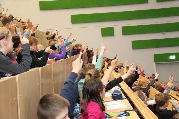 """""""Vom Feuer zur Feuerwehr"""" – Start der Kinder-Uni ins neue Semester"""