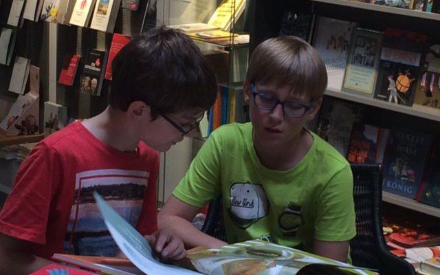 Neuer Lesestoff für die Schülerbücherei