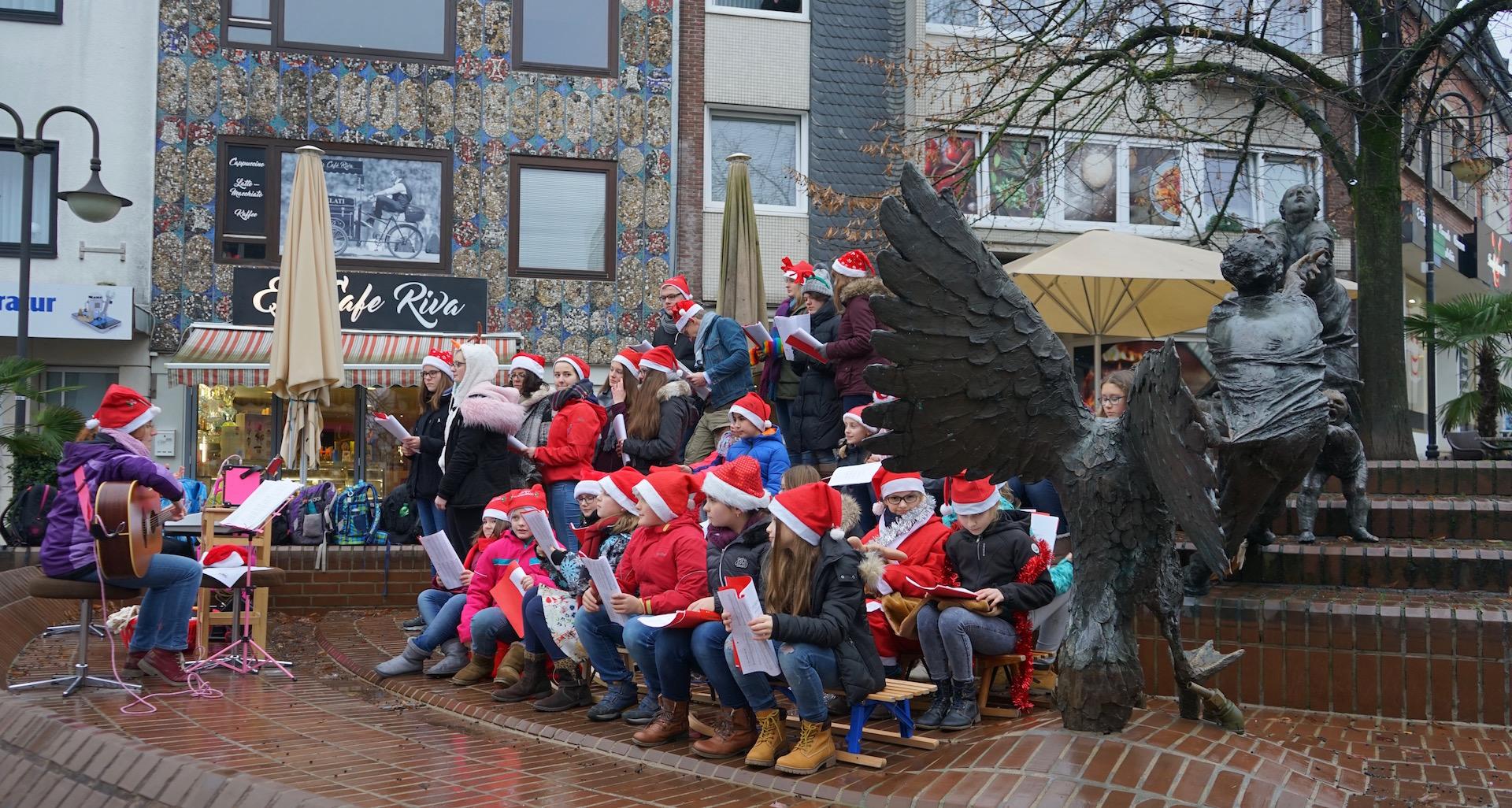 Gute Stimmung dank guter Stimmen: Weihnachtssingen der Stein-Chöre in der Klever Innenstadt