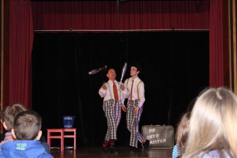 """Englischlernen mit zwei Clowns, der englischen Königin und einer """"Brainwashmachine"""""""