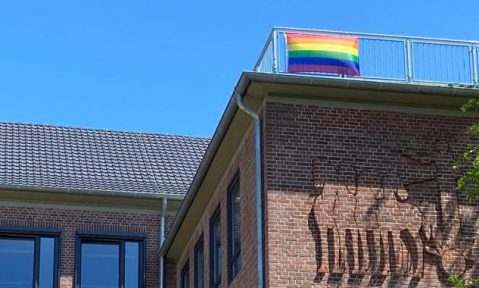 Regenbogenflagge auf dem Schulhof